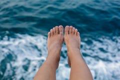 Infron dos pés da mulher da textura do mar Fotografia de Stock