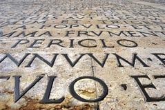 Infront de mur de l'Ara Pacis Augustae Photographie stock