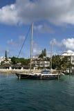 Infront del barco de vela del hogar de lujo. Fotos de archivo