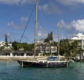 Infront del barco de vela del hogar de lujo Foto de archivo