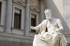 Infront della statua del Parlamento austriaco Immagine Stock Libera da Diritti