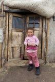 Infront mongol del niño de las puertas de Ger imagenes de archivo
