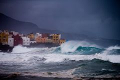 Infuri con le grandi onde in Tenerife, Spagna Immagini Stock Libere da Diritti