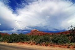 Infuri con le nubi che si muovono dentro sopra il sedona, Arizona Fotografia Stock Libera da Diritti