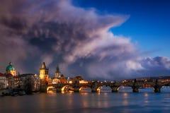 Infuri sopra il ponte di Charles, Praga, repubblica Ceca Fotografie Stock