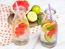 Infused flavored a água com frutos frescos no fundo de madeira branco imagem de stock royalty free