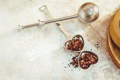 Infuser del té del metal con las hojas Composición con los accesorios del té en un fondo blanco Fotografía de archivo libre de regalías