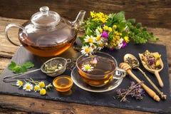 Infusión de hierbas con la miel Imagenes de archivo