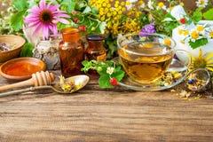Infusión de hierbas con la miel Fotografía de archivo