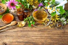 Infusión de hierbas con la miel Fotos de archivo