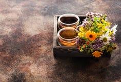 Infusión de hierbas de las tazas e hierbas curativas en una bandeja de madera imágenes de archivo libres de regalías