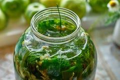 Infusión medicinal de hojas y de hierbas recientemente escogidas en el tarro de cristal Imagenes de archivo