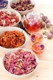 Infusion florale naturelle de fines herbes de thé photo stock