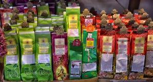 Infusiones de hierbas en la tienda Imagen de archivo