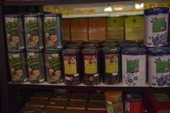 Infusiones de hierbas en la tienda Imagen de archivo libre de regalías