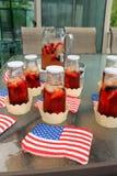 Infustion americano do fruto e do chá do BBQ do partido do verão do feriado com bagas Imagens de Stock