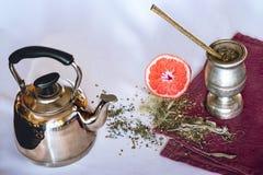 Infuzja Yerba szturman z grapefruitowym i teapot obraz royalty free