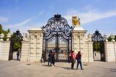 Ingång av belvederen, historisk byggnadkomplex i Wien arkivbilder