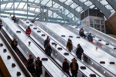 Ingång av Canary Wharf den underjordiska stationen med pendlare på e Arkivfoto