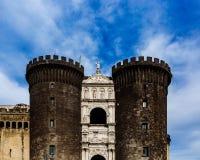 Ingång av Castel Nuovo i Naples, Italien arkivfoton