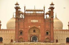 Ingång av den Badshahi moskén på skymning, Lahore, Pakistan Fotografering för Bildbyråer