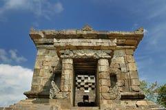Ingång av den Badut templet bredvid trädgård Arkivfoton