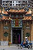 Ingång av den buddistiska templet Royaltyfri Bild