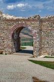 Ingång av den forntida fästningen Tsari akademikra Mali, Sofia Province Royaltyfria Bilder