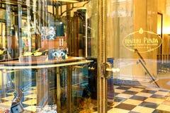Ingång av den Fratelli Prada boutique i Milan, Italien Royaltyfri Bild