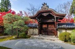 Ingång av den Japan templet Arkivfoto