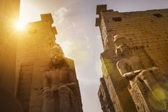 Ingång av den Luxor templet, Egypten arkivbilder