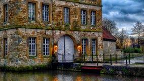 Ingång av den Schloss Tatenhausen för vattenslott` `en i Kreis Guetersloh, norr Rhen-Westphalia, Tyskland royaltyfria bilder