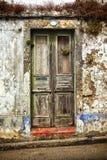 Ingång av det förstörda huset fotografering för bildbyråer