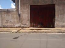 Ingång av det lantliga skjulet med den stängda dörren royaltyfri bild