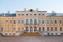 Ingång av det Rundale slottmuseet, Lettland arkivfoton