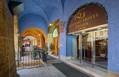 Ingång av det storslagna hotellet Praha royaltyfria bilder