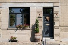 Ingång av det storslagna stenhuset Med den blåa dörren och fönstret Royaltyfri Fotografi
