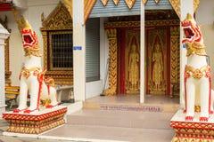 Ingång av Doi Suthep Temple som skyddas av två statyer av drake royaltyfria bilder