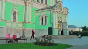 Ingång av domkyrkan för helig Treenighet Diveevo Ryssland arkivfilmer