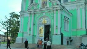 Ingång av domkyrkan för helig Treenighet Diveevo Ryssland stock video