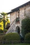 Ingång av ett gammalt hus som göras av stenen Arkivfoton
