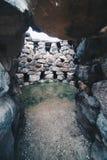 Ingång av ett mycket gammalt torn Nuraghe nära Barumini i Sardinia - Italien royaltyfri fotografi