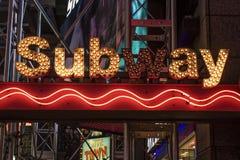 Ingång av gångtunnelstationen på den 42nd gatan och Times Square på natten, Manhattan, New York City Royaltyfria Bilder