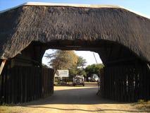 INGÅNG AV KHAMA-NOSHÖRNINGFRISTADEN I BOTSWANA, AFRIKA arkivfoton