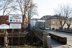 Ingång av området Uzupis Arkivfoto