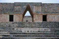 Ingång för bjälkhuvudbåge av nunneklosterbyggnaden, Uxmal, Yucatan Pe Royaltyfria Bilder