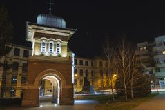Ingång för gård för kyrka för helig Treenighet, Craiova Royaltyfri Foto