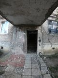 Ingång för hus för gammal höghusfarstubro läskig i Georgia arkivfoton