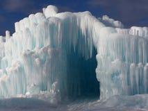 Ingång för isgrotta mot en blå himmel royaltyfria foton