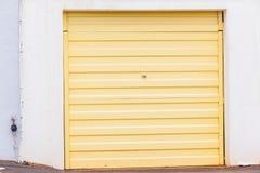 Ingång för medel för garagedörrguling Arkivbilder